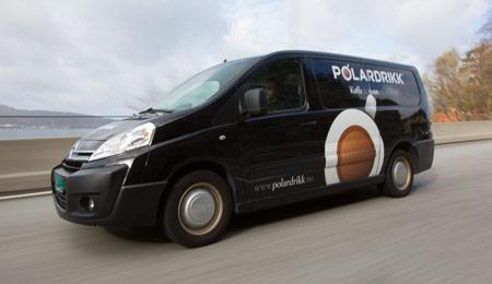 Polardrikk service-bil på veien