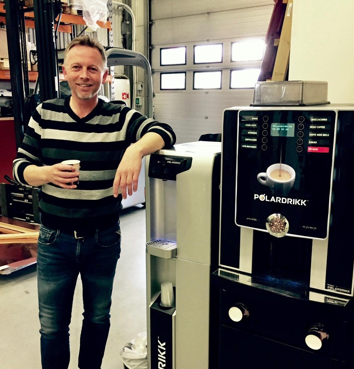 Kaffemaskin og vanndispenser