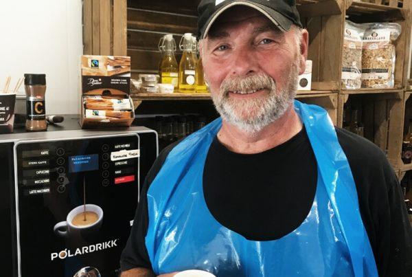 Mann på gård med kaffemaskin