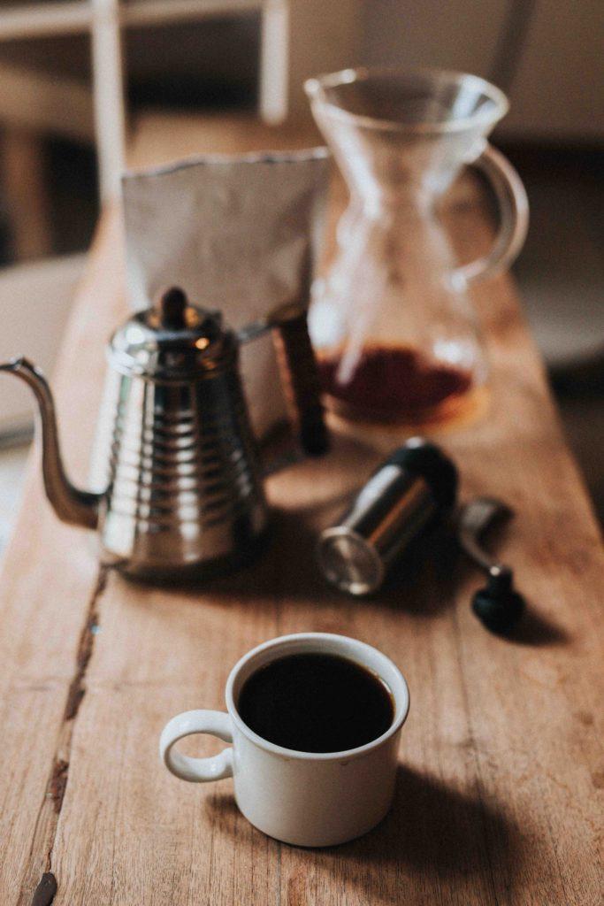 d99890c9 ... mens kaffe-mogulen Howard Schultz stadig lar seg fasinere av kraften  kaffe har for å koble folk sammen. Men hvordan brygger man den viktige  drikken?