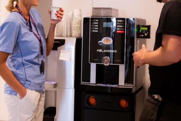 Fornøyde kunder med kaffemaskin