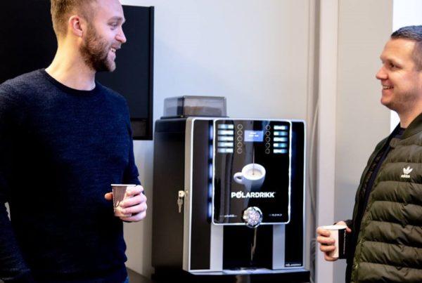 kaffemaskin menn med kaffe