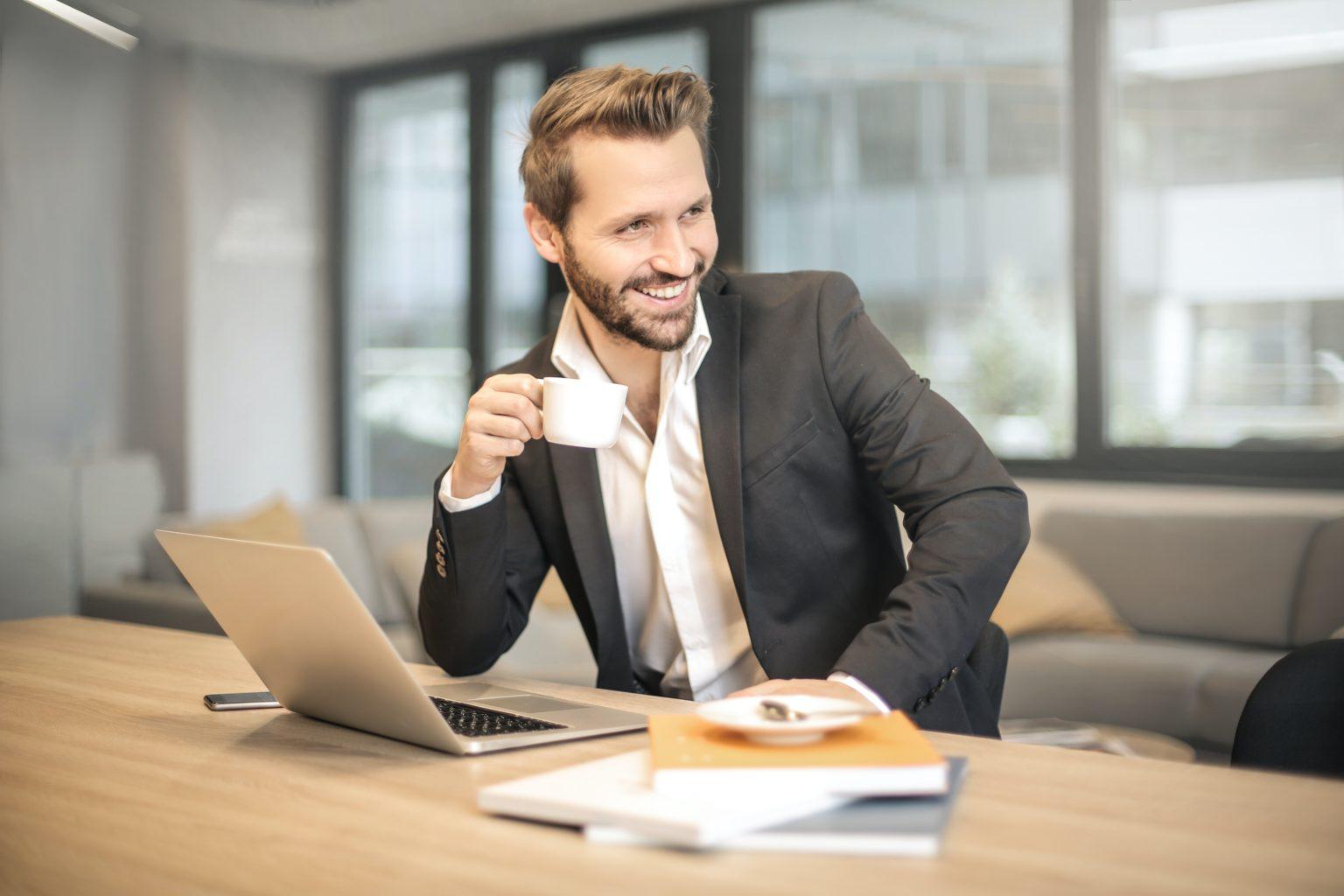 Mann drikker kaffe på jobb