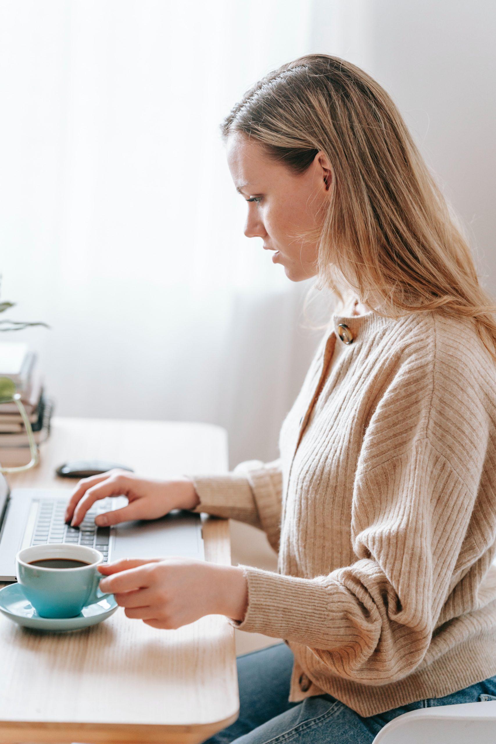 Dame drikker kaffe på jobb